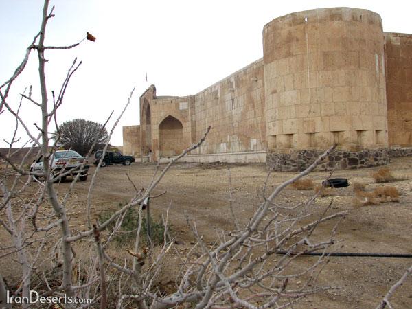 نمای بیرونی کاروانسرای قصر بهرام