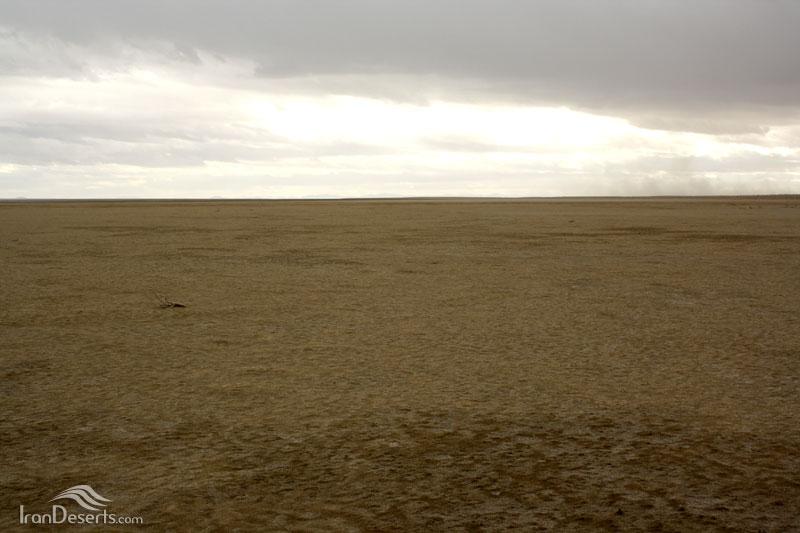 کویر خارا (کویر ورزنه)، حاشیه تالاب گاوخونی